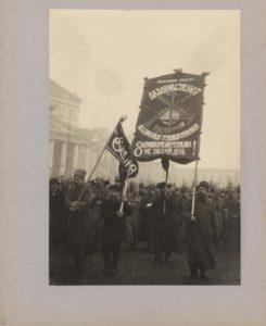 Рабочие фабрики Фаберже на Театральной площади. Фотоальбом Москва в дни февральской революции. 1917 г.